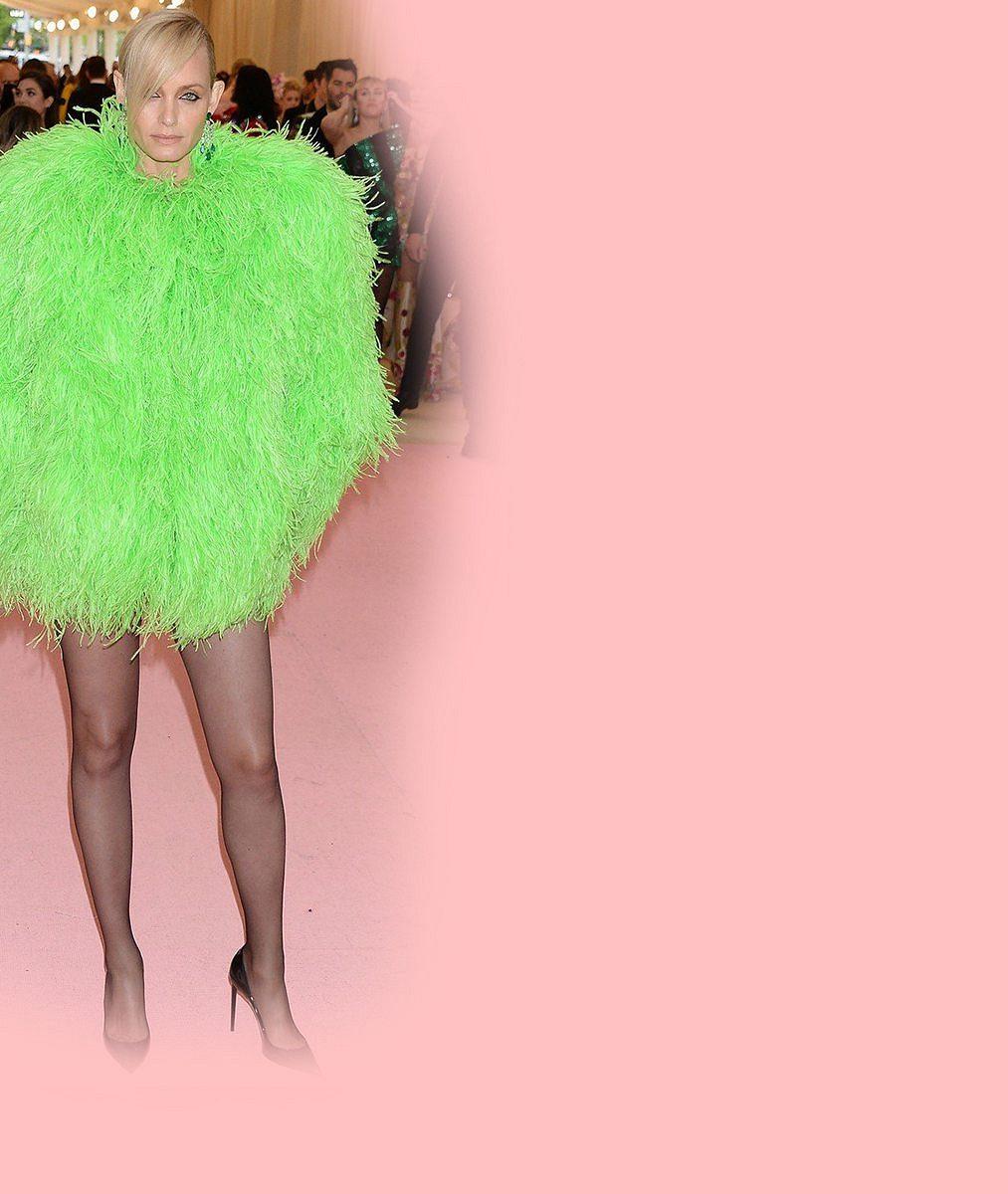 Pětačtyřicetiletá modelka si nejspíš zapomněla sukni, vyrazila jen vpořádně vykrojeném azaříznutém body