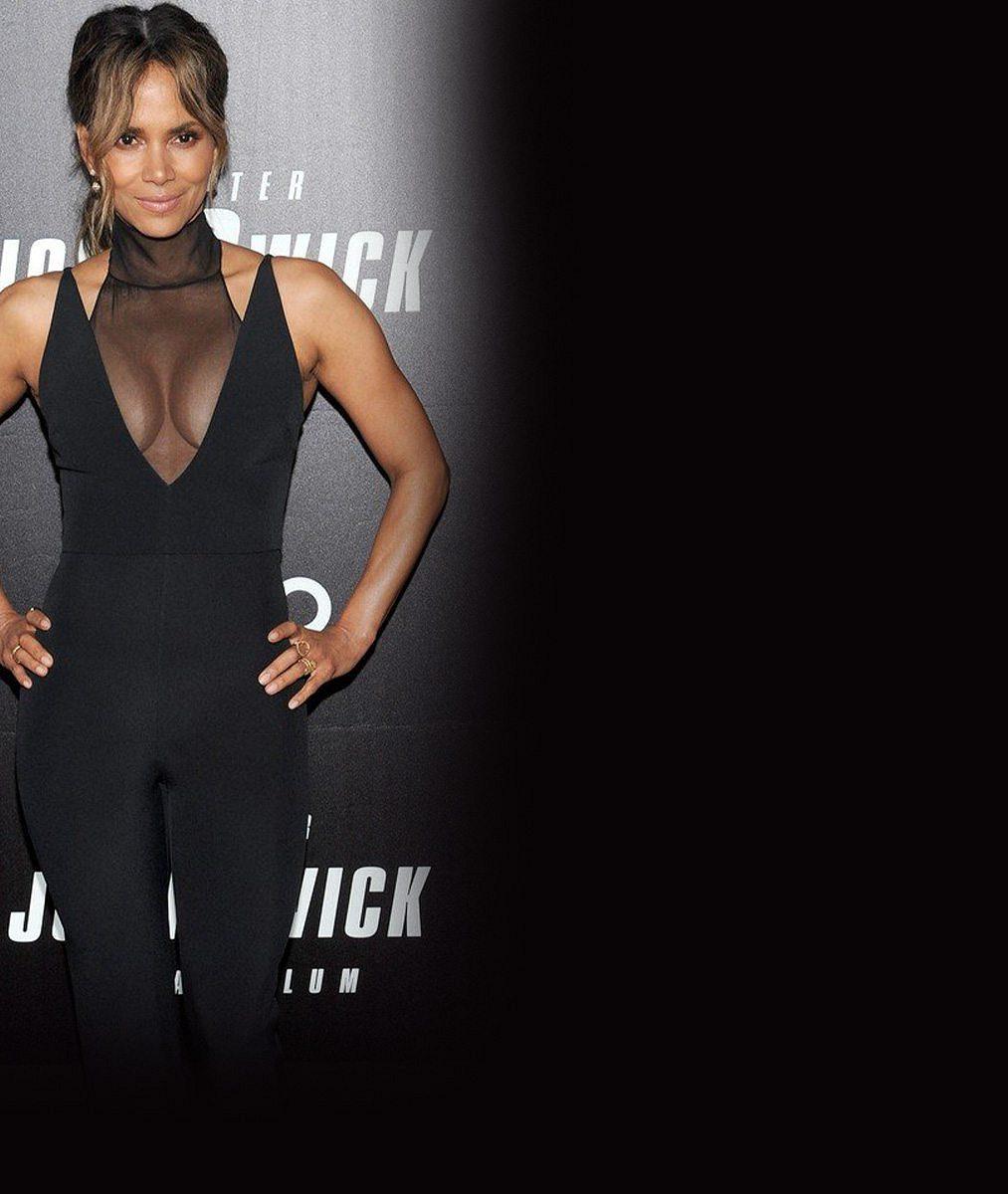 Bývalá Bondgirl (52) vystavila sexy nožky vkoženém overalu apředvedla nový účes