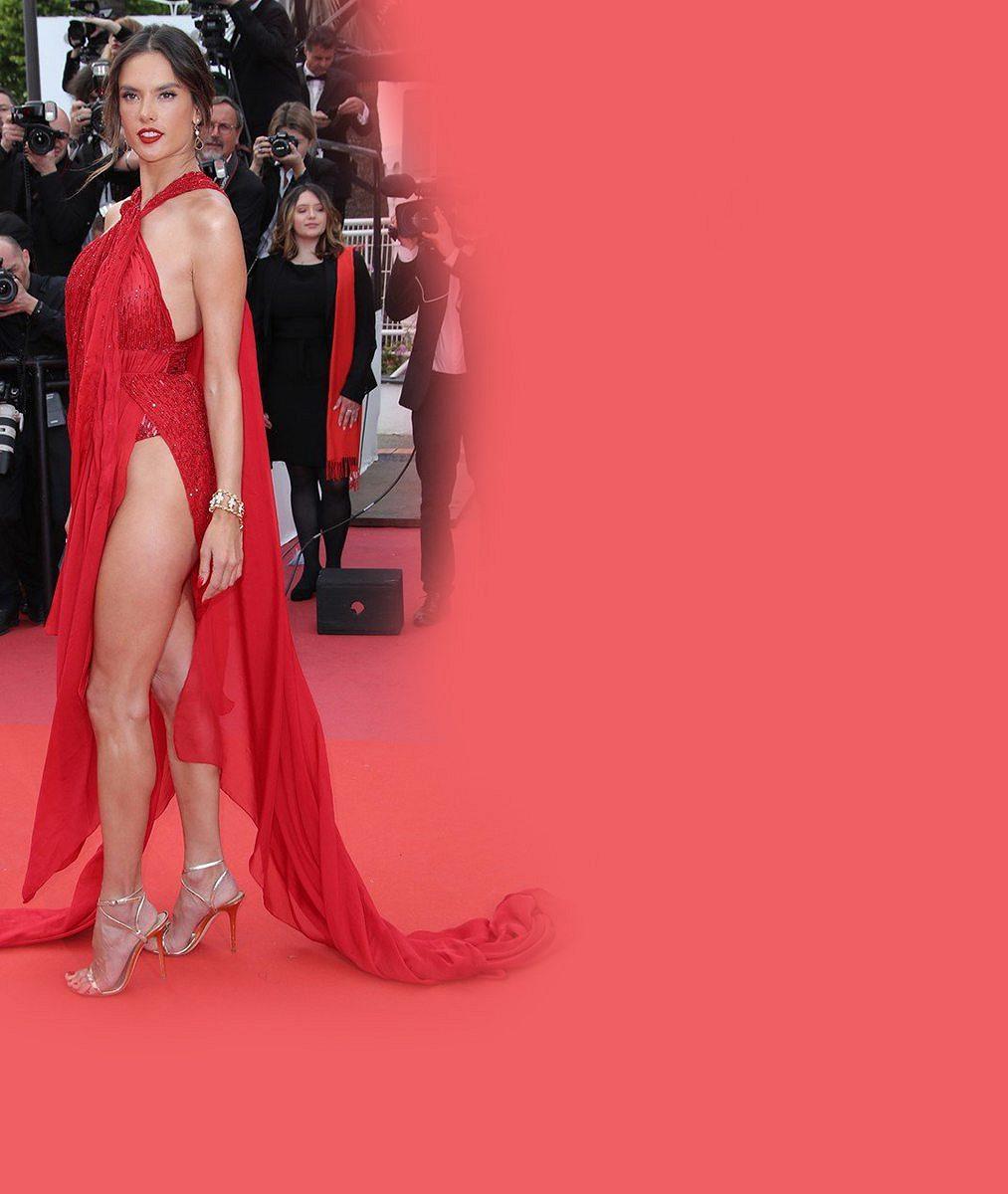 Modelka oblékla stejně odvážný model jako před lety její kolegyně. Aukázala ikalhotky!
