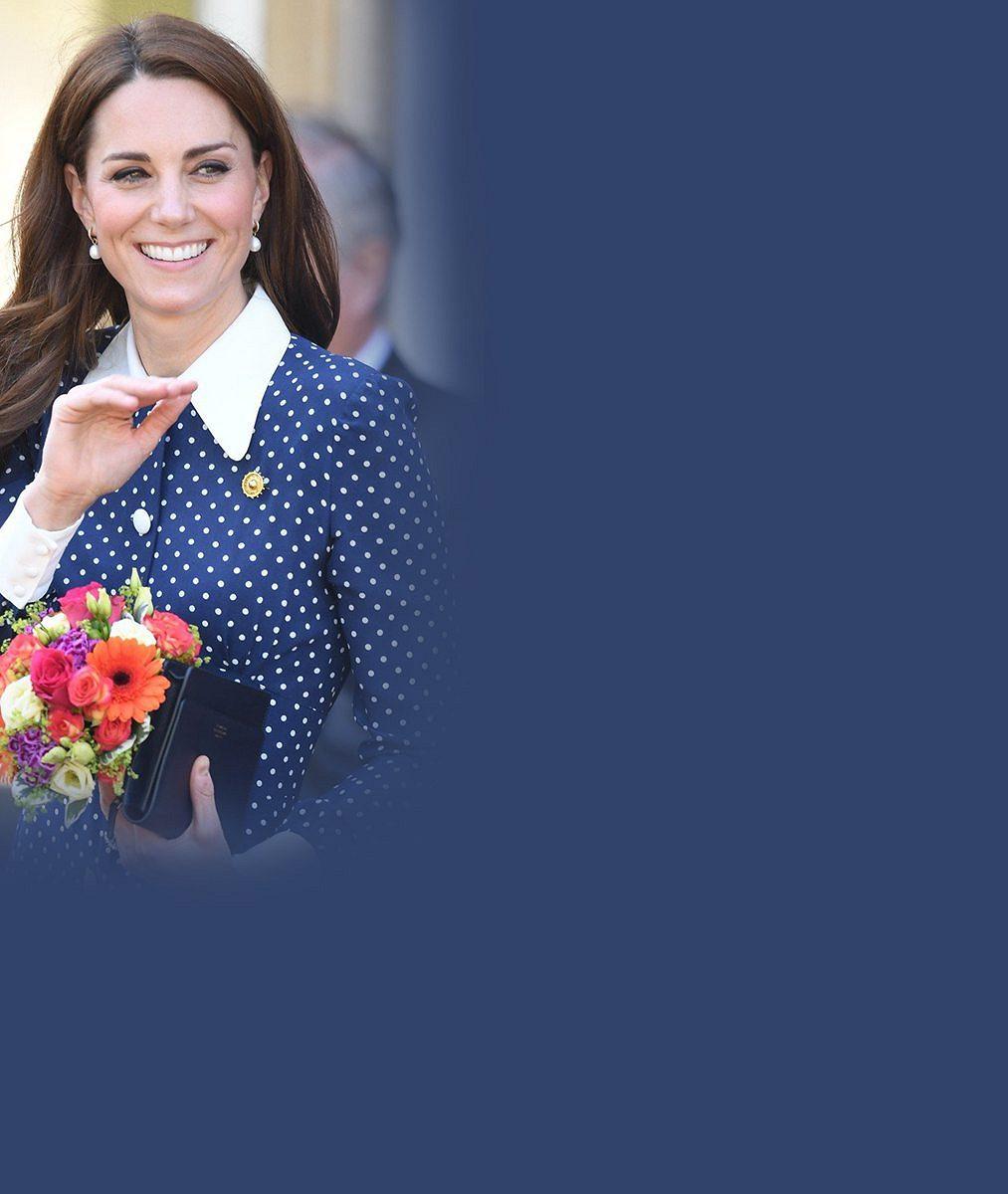 Rozverná princezna Charlotte pozdravila fanoušky po svém: Reakce vévodkyně Kate na dceřin vypláznutný jazyk stojí za to!
