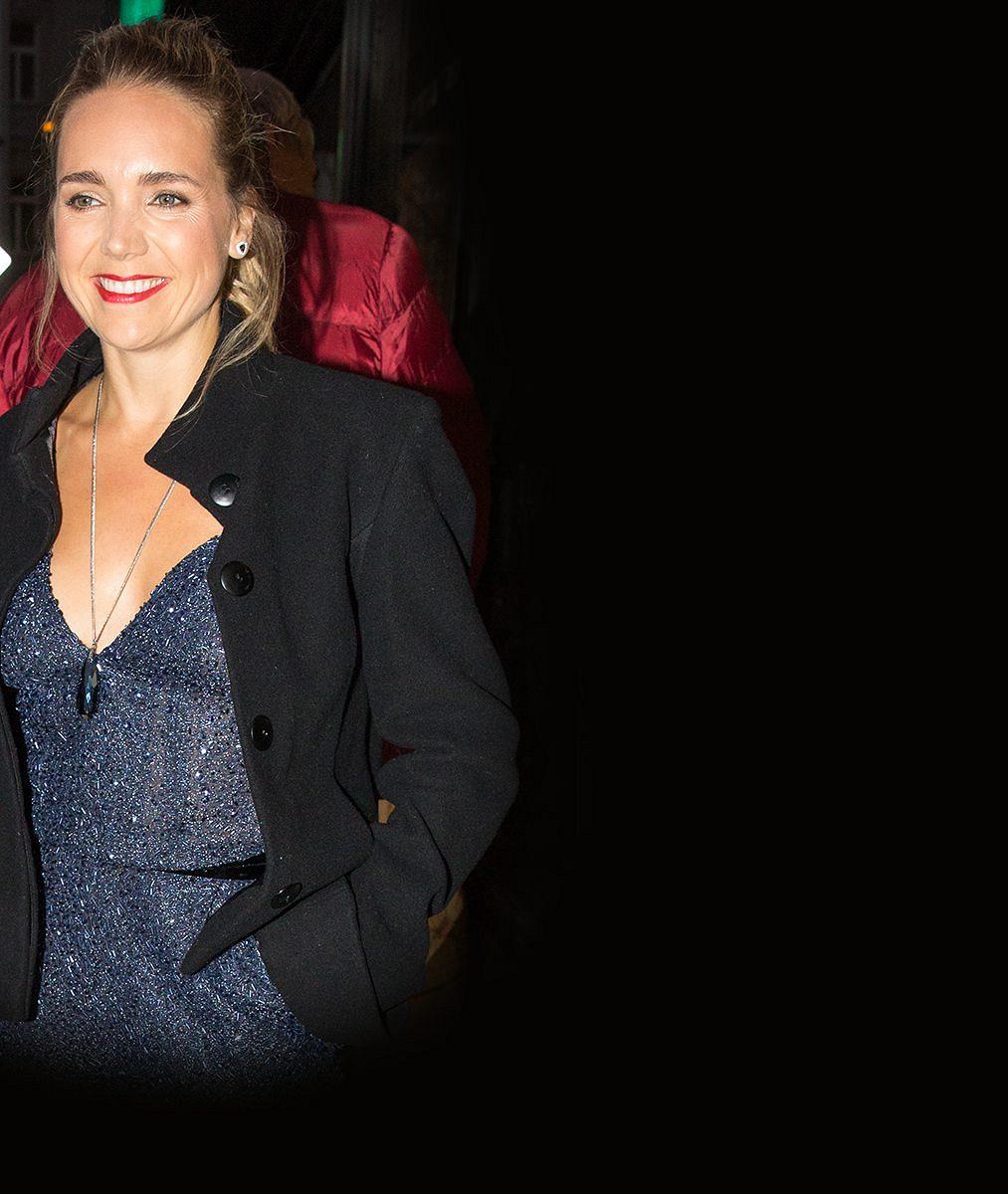 Takhle sexy jste ji dlouho neviděli: Lucie Vondráčková si na křest klipu vzala overal s obřím výstřihem. Podprsenku nechala doma