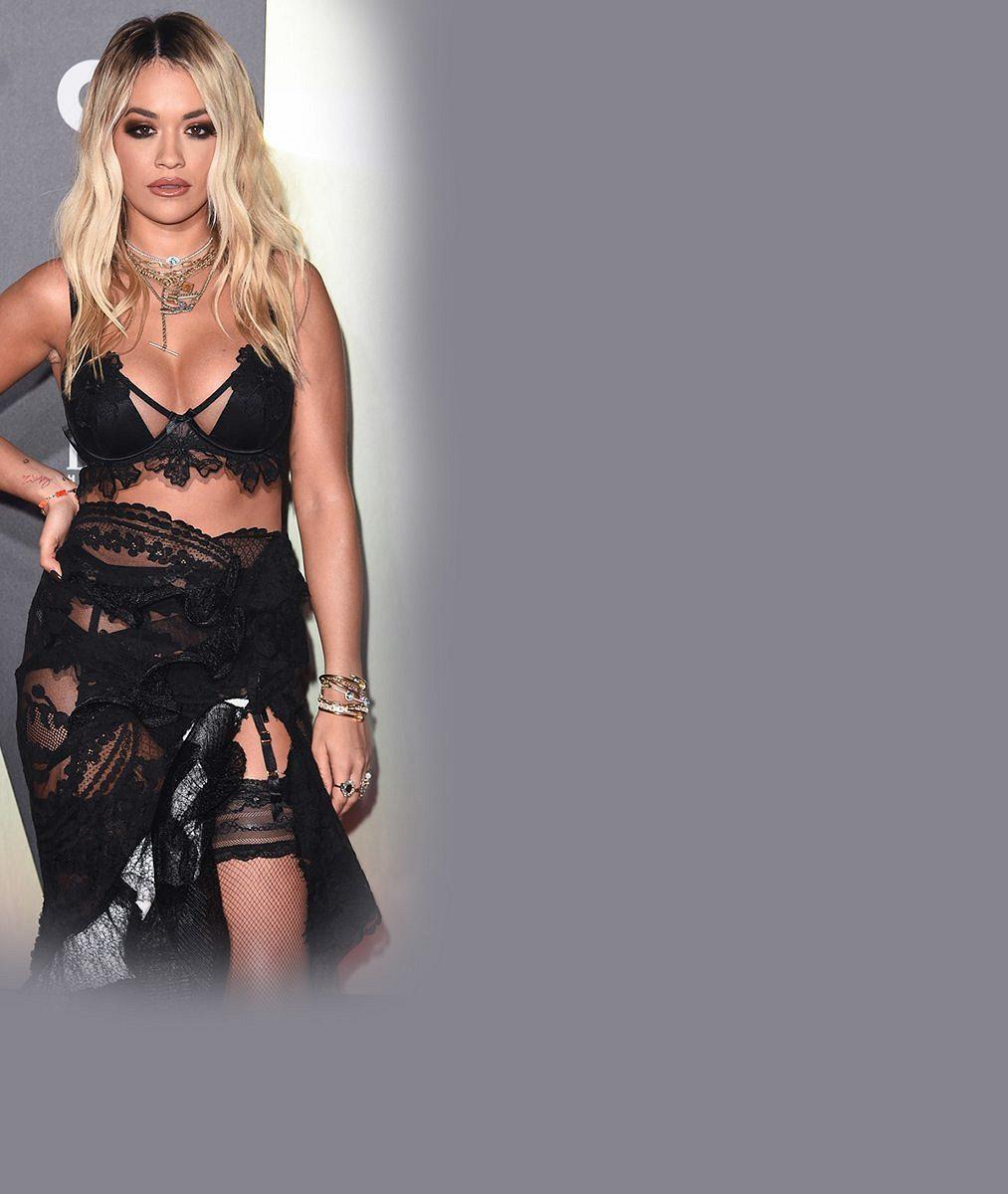 Blonďatá zpěvačka odhodila podprsenku aukázala se jen vkrátkém průhledném tričku