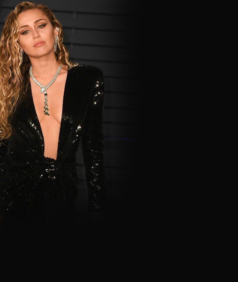 Miley Cyrus vyrazila na udílení cen oblečená neoblečená: Při vystoupení úplně zahodila spodek kostýmu