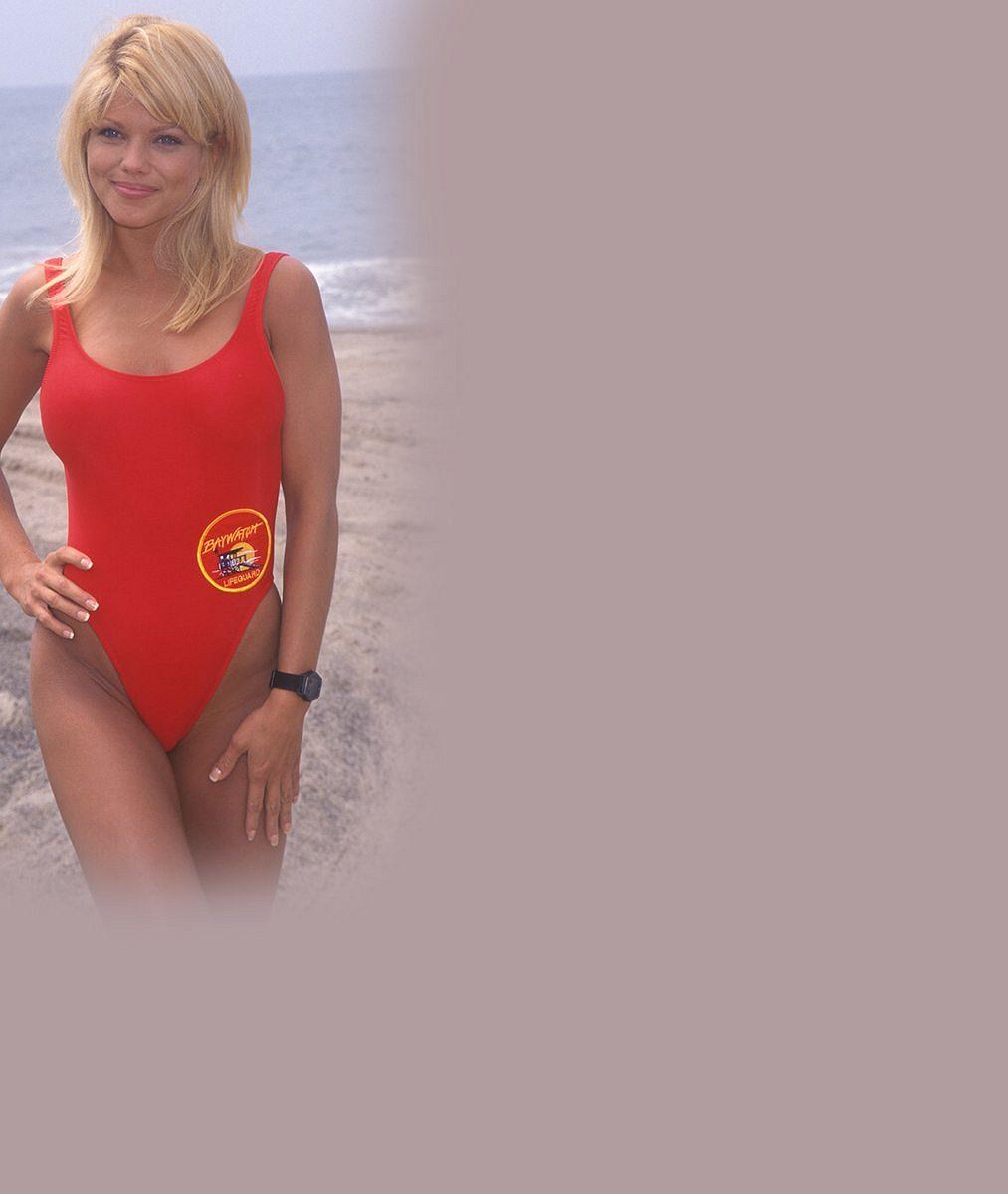 Pamatujete si na tuhle blondýnku z Pobřežní hlídky? V bikinách vypadá fantasticky, neuvěříte, kolik je jí let