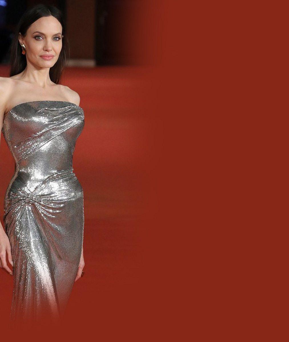Průšvih na červeném koberci! Ještě že si Angelina Jolie neviděla na vlasy. Někdo by měl dostat padáka, píší lidé