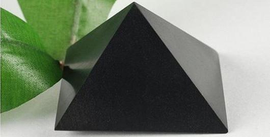 Šungitová pyramida zbavuje vodu 95 % nečistot, léčí chřipku a působí proti kocovině