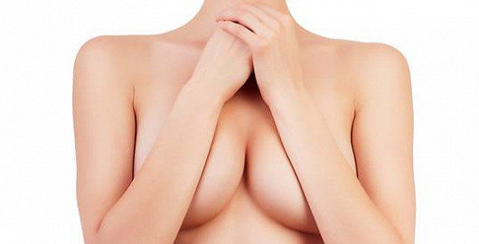 Jaký je rozdíl mezi silikonovými implantáty a lipotransferem?