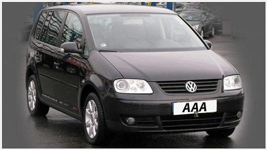 VW Touran 1.9 TDI, černá metalíza, z roku 2005, koupený nový v ČR, se servisní knížkou, najeto pouze 106160 km