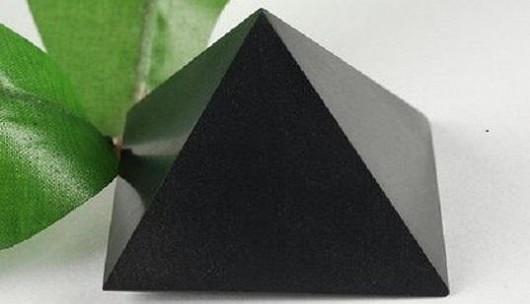 Šungitová pyramida 3 cm leštěná – skvěle pohlcuje záření z elektroniky v místnosti