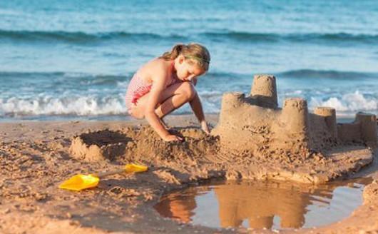 Jak jste se mohli na dovolené nakazit? Stačil kontakt s pískem