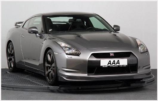 Luxusní sporťák Nissan GT-R 3.8 V6, 4x4, šedá metalíza, zroku 2009, po prvním majiteli, najeto jen 42 040 km