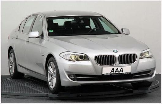 Další krasavec, na kterém necháte oči, je stříbrné BMW 5 zroku 2012, užívající si péči profesionálního řidiče