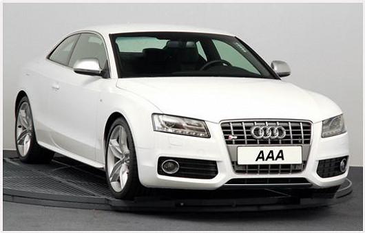 Další kráska, která zdobí silnice, je bílá. Jedná se o Audi S5 4.2 FSI, 4x4, Coupe zroku 2008 po 1. majiteli