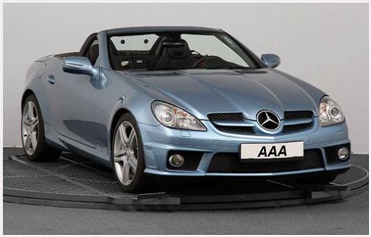 První luxusní perličkou je krásný kabriolet Mercedes SLK zroku 2010. Stále ještě voní novotou. Aby ne. Má najeto jen 13052 km