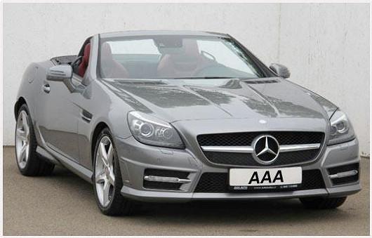 První luxusní perličkou je krásný kabriolet Mercedes SLK 230 z roku 2012. Doslova voní novotou. Aby ne. Má najeto jen 6147 km
