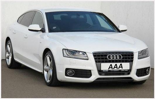 Další kráska, za kterou se ohlédnete, je bílá. Jedná se o Audi A5 2.0 TDI hatchback z roku 2011 po 1. majiteli