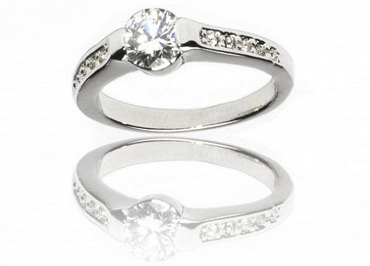 Vybírejte rozmanité šperky s obrovskou slevou. Dámský stříbrný prsten Bague a Dames s kamínkem za 499 Kč. Sleva 51%!