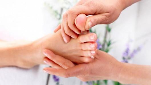 Palec na noze vám začíná směřovat k ostatním prstům? Dejte si pozor na hallux valgus