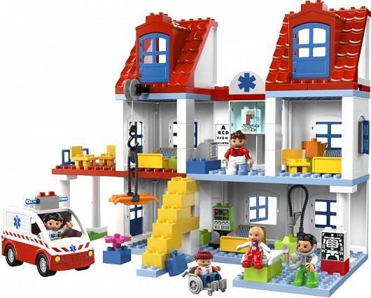 Velká městská nemocnice s figurkami zdravotníků a pacientů (Lego Duplo)