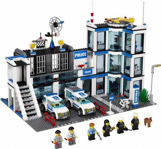 Policejní stanice Lego City s figurkami policistů a zločinců