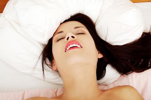 Má partnerka problém s dosažením orgasmu? Zkuste stimulující gely!