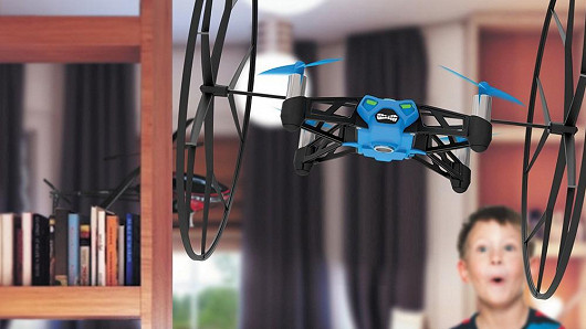 Parrot Rolling Spider: Neseďte doma a hrajte si venku!