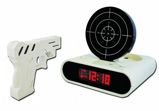 Budík s terčem a pistolí – aneb pomsta je sladká! Navíc s 29% slevou!