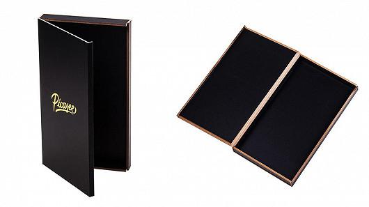 Zabalený v dřevěné luxusní krabičce.