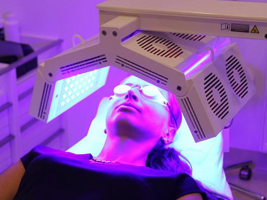 Nová generace biostimulace pleti vás zbaví akné nebo vrásek
