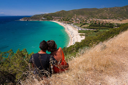 Pláže jako z filmu a divoké útesy Sardinie - Soleado ****