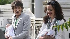 Ronnie Wood a jeho manželka Sally ukázali dvojčátka.