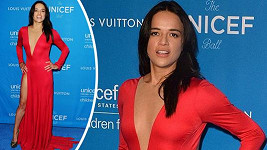 Michelle Rodriguez to v rudých šatech seklo.