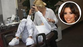 Ihned si před obličej přišpendlila svůj mobil.