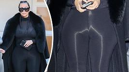 Kim Kardashian si oblíbila lesklé legíny, které ji ještě rozšíří...