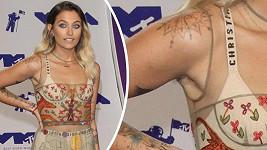 Paris (19) se od většiny přítomných celebrit odlišovala svým neoholeným podpažím.
