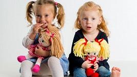 Látkové panenky jsou lehoučké a poddajné, proto je malé děti tak milují