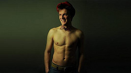 Tomáš Verner se za své tělo stydět opravdu nemusí.