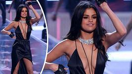 Selena Gomez vsadila na sexy šaty.