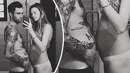 Adam Levine si s manželkou Behati Prinsloo porovnává bříško...