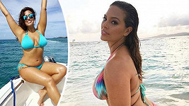 Ashley Graham pózuje v plavkách.
