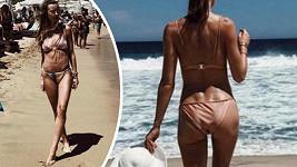 Ester se producírovala na pláži na řeckém ostrově Mykonos.