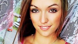 Tato dívka může být považována za dvojnici Táni Kuchařové.