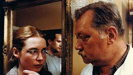 Lenka Pichlíková s Rudolfem Hrušínským ve filmu Pozor, vizita!