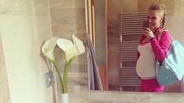 Michaela Ochotská konečně vypadá těhotně.