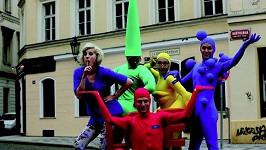 Klára Vytisková s barevnými postavičkami v akci.
