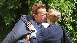 Schwarzenegger s neznámou ženou v ulicích Beverly Hills.