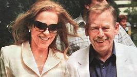 Dagmar Havlová si právě dnes vzala a také pohřbila Václava Havla