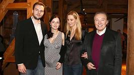 Karel Gott s manželkou, jejím bratrem a těhotnou švagrovou.