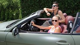 Martina Gavriely a Marcus Tran se radují z luxusního autíčka.