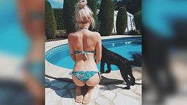 Veronika Stýblová si užívá u bazénu